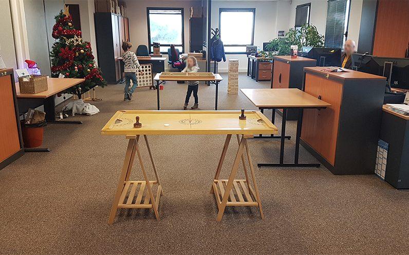 Jeux en bois arbre de noel dans des locaux profesionnels